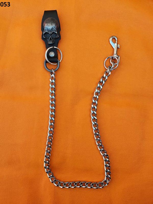 łańcuch z czarną bojówką i czaszką